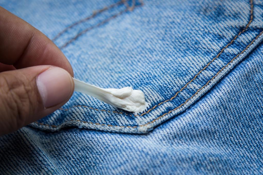 kauwgom uit kleding verwijderen