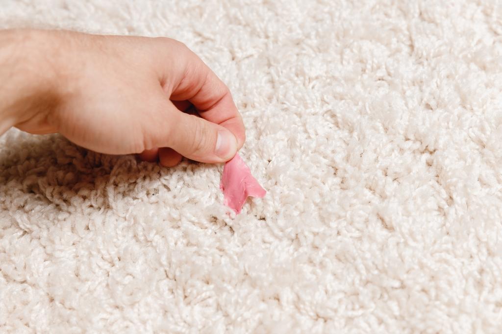 kauwgom uit tapijt verwijderen