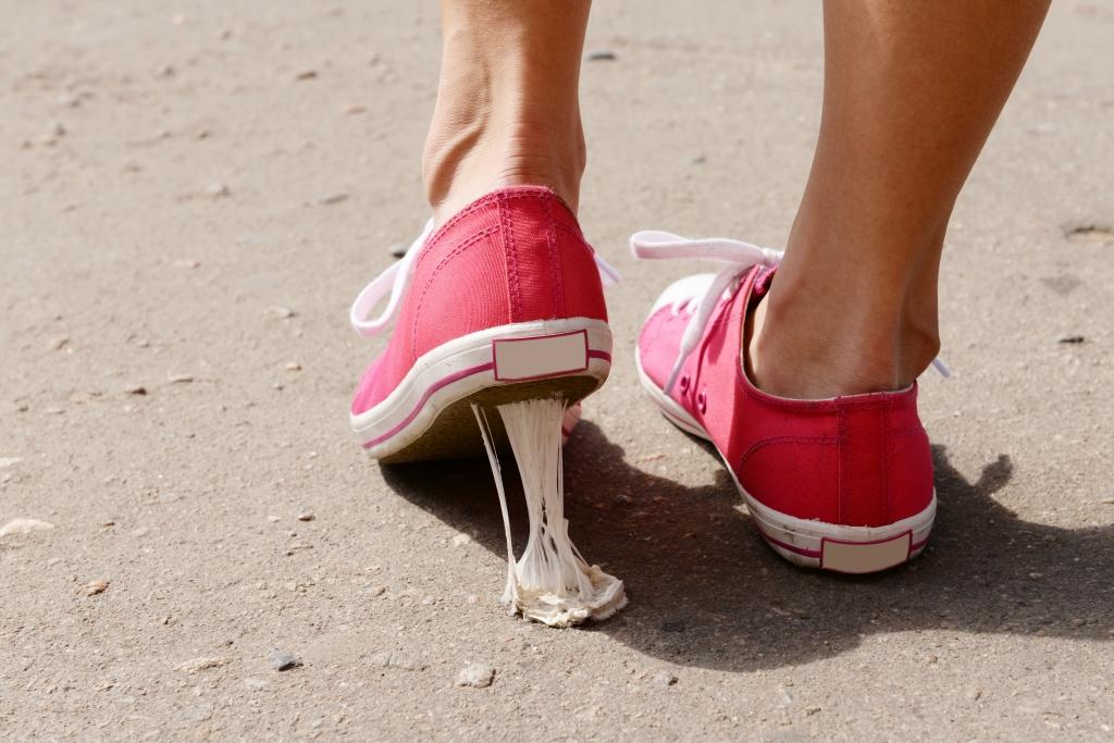 hoe krijg je kauwgom van je schoen