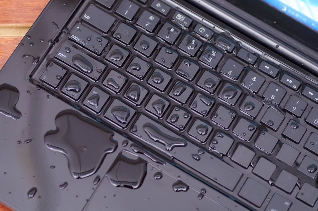 water over toetsenbord laptop